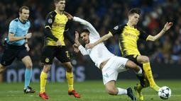 Gelandang Real Madrid, Dani Ceballos, berebut bola dengan gelandang Dortmund, Christian Pulisic, pada laga Liga Champions di Stadion Santiago Bernabeu, Madrid, Rabu (6/12/2017). Madrid menang 3-2 atas Dortmund. (AP/Francisco Seco)