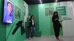 Dua orang wanita mengunjungi seni instalasi Adidas Original Is Never Finished di Senayan City, Jakarta, Rabu (28/2). Pameran instalasi dari Adidas ini disajikan dengan tujuan menginspirasi dan mengedukasi konsumen Indonesia. (Liputan6.com/Angga Yuniar)