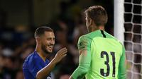 Gelandang Chelsea, Eden Hazard (kiri) berjabat tangan dengan kiper Chelsea Robert Green usai menghadapi Lyon dalam International Champions Cup (ICC) di Stamford Bridge, London, Inggris, Selasa (7/8). Chelsea menang 5-4 atas Lyon. (Ian KINGTON/AFP)