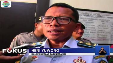 Tidak terima razia alat komunikasi digelar petugas lapas, sejumlah narapidana di Lembaga Pemasyarakatan Kelas I Kesambi, Cirebon, Jawa Barat, mengamuk.