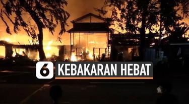 Sedikitnya 50 rumah petak di kawasan Pulo Gadung Jakarta Timur hangus terbakar Kamis (18/3) dini hari. Belasan mobil pemadam kebakaran dikerahkan untuk memadamkan api.