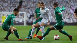 Real Madrid, Theo Hernandez berusaha menguasai bola dengan kawalan pemain bola Leganes pada leg kedua perempatfinal Copa del Rey di Santiago Bernabeu, Kamis (25/1). Real Madrid tersisih oleh Leganes pada perempat final dengan skor 1-2. (AP/Francisco Seco)