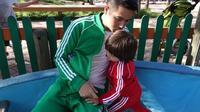 Erick dan El kali ini terlihat sedang bersama di sebuah tempat bermain. Keduanya pun kompak memakai setelan baju training dengan warna berbeda. Erick memakai warna hijau sedangkan El warna merah. Lucu banget kan? (Instagram/erickbanaiskandar)