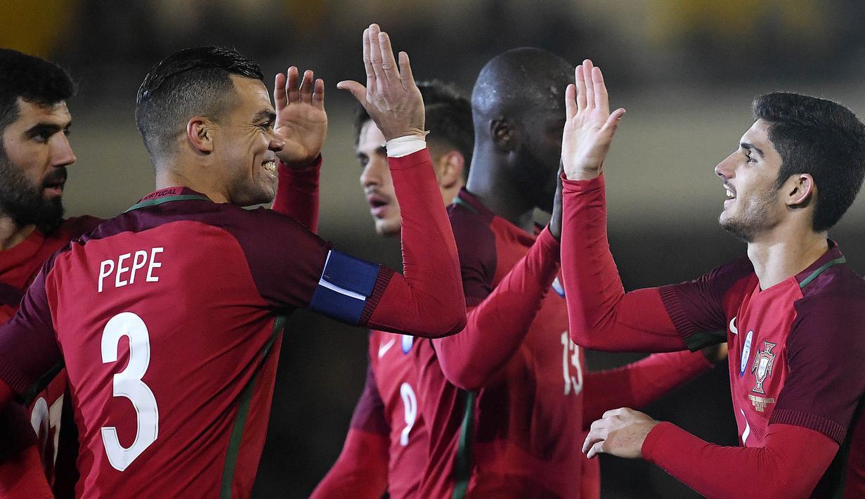 Para pemain Portugal merayakan gol yang dicetak oleh Goncalo Guedes ke gawang Arab Saudi pada laga persahabatan di Stadion Municipal do Fontelo, Sabtu (11/11/2017). Portugal menang 3-0 atas Arab Saudi. (AFP/Francisco Leong)