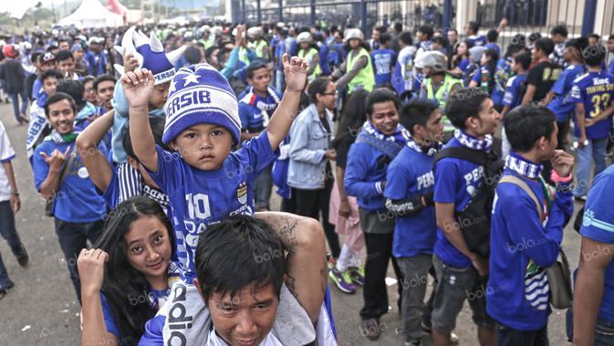Fanatisme bobotoh terhadap Persib sudah dipupuk sejak usia dini. Jangan kaget melihat begitu banyaknya bocah menggunakan atribut Maung Bandung di Stadion Si Jalak Harupat, Soreang. (Bola.com/Nicklas Hanoatubun)
