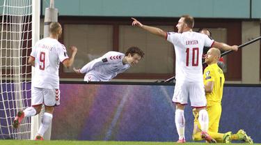 Pemain Denmark Andreas Skov Olsen (tengah) melakukan selebrasi usai mencetak gol ke gawang Austria pada pertandingan Grup F kualifikasi Piala Dunia 2022 di Ernst-Happel-Stadium, Wina, Austria, Rabu (31/3/2021). Denmark membantai Austria 4-0. (AP Photo/Ronald Zak)
