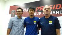 Achmad Jufriyanto, mengumumkan perpisahannya dengan Persib Bandung pada Jumat (26/1/2018). (Bola.com/Erwin Snaz)