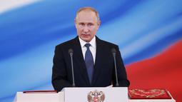 Vladimir Putin memberi sambutan dalam upacara pelantikannya sebagai presiden baru Rusia di Kremlin, Moskow, Rusia, Senin (7/5). Putin dilantik sebagai Presiden Rusia untuk enam tahun ke depan. (Mikhail Metzel, Sputnik, Kremlin Pool Photo via AP)