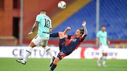 Striker Inter Milan, Lautaro Martinez, duel udara dengan pemain Genoa, Lasse Schone, pada laga Serie A di Stadion Luigi Ferraris, Sabtu (25/7/2020). Inter Milan menang 3-0 atas Genoa. (Tano Pecoraro/LaPresse via AP)