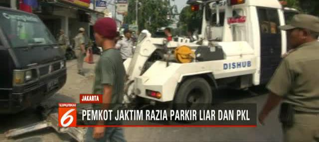 Petugas gabungan gelar razia kendaraan yang parkir liar dan pedagang kaki lima di trotoar di kawasan Jakarta Timur.