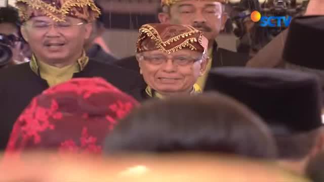Presiden Jokowi dan Ibu Iriana menari tor-tor saat mengikuti serangkaian acara adat Mandailing.