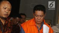 Hakim Pengadilan Negeri Jakarta Selatan, Irwan memakai rompi tahanan usai pemeriksaan di Gedung KPK, Jakarta, Rabu (28/11). Irwan resmi ditetapkan sebagai tersangka usai OTT terkait suap penanganan perkara perdata di PN Jaksel. (Merdeka.com/Dwi Narwoko)