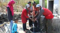 Anggota FKMSM memberikan bantuan air bersih kepada warga di Dusun Gunung Botak, Karangmojo, Weru, Sukoharjo, Minggu (16/9 - 2018). (Solopos/Bony Eko Wicaksono)