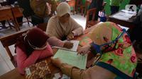 Siswa Sekolah SD kelas 4,5 dan 6 didampingi wali murid sedang mengambil rapot secara bergilir di Sekolah Islam Raudlatul Hikmah, Parakan, Pondok Benda, Pamulang, Tangerang Selatan, Banten, Jumat (16/10/2020).  (merdeka.com/Dwi Narwoko)