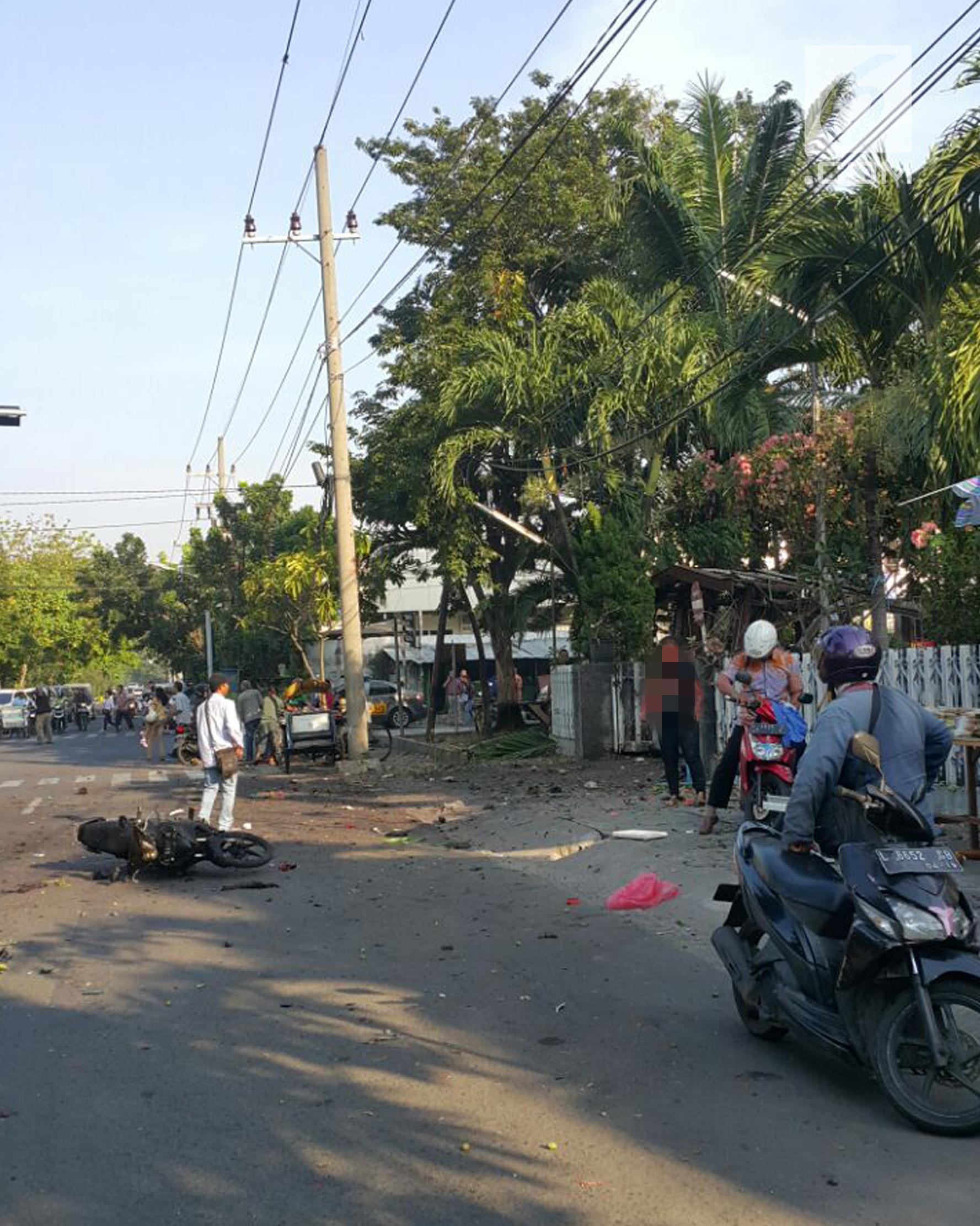 Seorang wanita menjadi korban ledakan bom di salah satu gereja di Surabaya, Minggu (12/5). Ledakan bom terjadi di tiga gereja, yaitu Gereja Santa Maria, GKI Wonokromo Diponegoro, dan Gereja di Jalan Arjuno. (Liptan6.com/Istimewa)