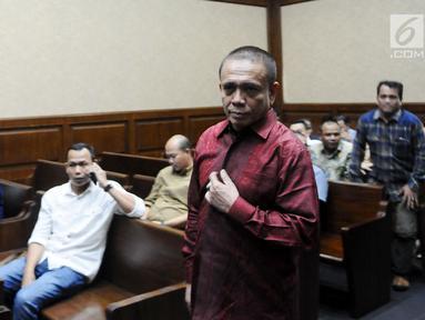 Gubernur Aceh non aktif Irwandi Yusuf saat hadir mendengarkan 7 saksi dalam sidang lanjutan dugaan suap terkait Dana Otonomi Khusus Aceh (DOKA) 2018 di Pengadilan Tipikor, Jakarta, Senin (11/2). (Liputan6.com/Herman Zakharia)
