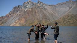 Gambar pada 11 September 2019 memperlihatkan siswa Korea Utara berpose di danau Chonji atau 'Heaven lake' saat mengunjungi kawasan Gunung Paektu di Samjiyon. 'Heaven lake' atau Danau surga ini ada di ketinggian 2.190 mdpl dan punya kedalaman 384 meter. (Photo by Ed JONES / AFP)
