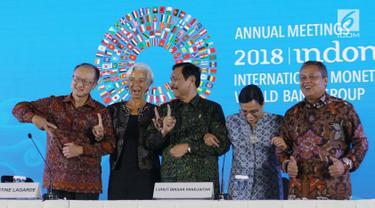 Ketua Panitia IMF-Bank Dunia Luhut Binsar Pandjaitan (tengah), Direktur Pelaksana IMF Christine Lagarde, Presiden Bank Dunia Jim Yong Kim, Menkeu Sri Mulyani, dan Gubernur BI Perry Warjiyo saat penutupan, Bali, Minggu (14/10). (Liputan6.com/Angga Yuniar)