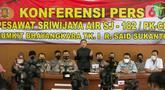 Konferensi pers terkait hasil identifikasi korban pesawat Sriwijaya Air SJ 182 di RS Polri, Kramat Jati, Jakarta, Selasa (2/3/2021). Proses identifikasi korban pesawat jatuh Sriwijaya Air SJ 182 ditutup dan telah berhasil mengidentifikasi 59 orang, dari total 62 korban. (Liputan6.com/Faizal Fanani)