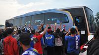Arema mengekspresikan kekecewaan setelah Arema FC disingkirkan Persib Bandung dari Piala Indonesia 2018, Jumat (22/2/2019). (Bola.com/Iwan Setiawan)
