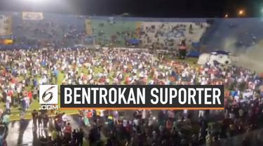 4 orang tewas dalam bentrokan suporter klub sepak bola di Honduras. Aksi kekerasan dipicu aksi suporter melempar batu pada bus yang ditumpangi pemain.