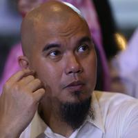 Ahmad Dhani didampingi kuasa hukumnya, Ramdan Alamsyah melaporkan pemilik akun Facebook, Indra Tan di Polda Metro Jaya. Pelaporan itu terkait dengan penyebaran video orasinya. (Nurwahyunan/Bintang.com)