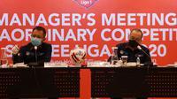 Direktur Operasional PT Liga Indonesia Baru (LIB) Sudjarmo dan Direktur Umum PT LIB Akhmad Hadian Lukita ketika menghadiri Manager Meeting dengan klub Liga 1. (Dok. PT LIB)