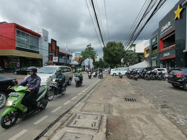 Kondisi  trotoar di kawasan Kemang, Jakarta, Kamis (21/2). Pemprov DKI Jakarta berencana menata trotoar di kawasan Kemang, Jakarta Selatan, seperti trotoar di kawasan Jalan Sudirman dan Jalan MH Thamrin. (Liputan6.com/Herman Zakharia)