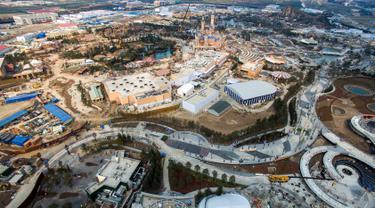 Gambar yang diambil pada 27 Maret 2016 menunjukkan pandangan udara Shanghai Disney Resort dan taman hiburan di Pudong, Shanghai (28/3). Disneyland buatan Cina ini akan dibuka pada 16 Juni mendatang. (AFP/STR/Cina OUT)