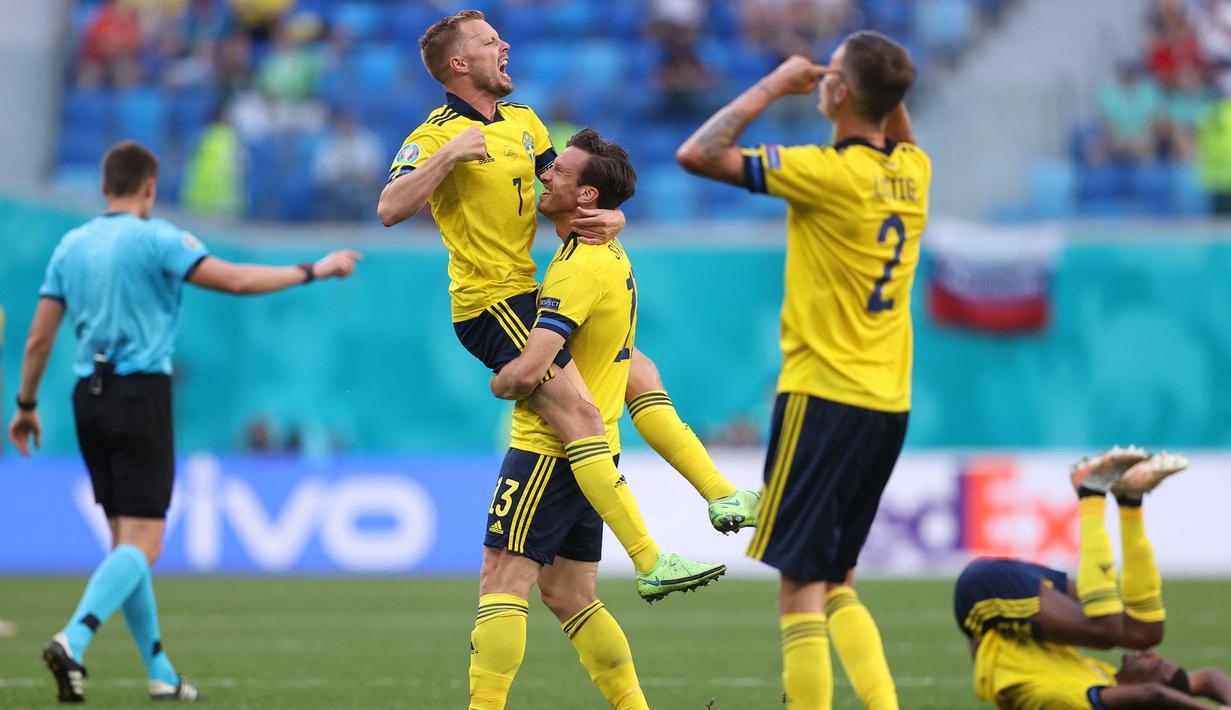 Timnas Swedia merayakan kemenangan pertama mereka di fase grup Euro 2020 setelah menang tipis 1-0 atas lawannya Slovakia di Stadion Krestovsky, Saint Petersburg, Rusia pada Jumat (18/06/2021) malam WIB. (Foto: AP/Pool/Lars Baron)