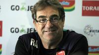 Pelatih PSM, Robert Alberts, mewaspadai pelatih Arema. (Bola.com/Iwan Setiawan)