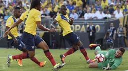 Kiper Brasil, Alisson  menyelamatkan gawangnya dari serangan para pemain Ekuador pada laga pembuka Copa Amerika 2016 di Stadion Rose Bowl, Pasadena, (5/6/2016) WIB. (Mandatory Credit: Kelvin Kuo-USA TODAY Sports)