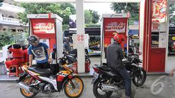 Pengendara sepeda motor saat menunggu giliran untuk mengisi bahan bakar minyak (BBM) di salah satu SPBU, Jakarta, Kamis (1/1/2015). (Liputan6.com/Miftahul Hayat)