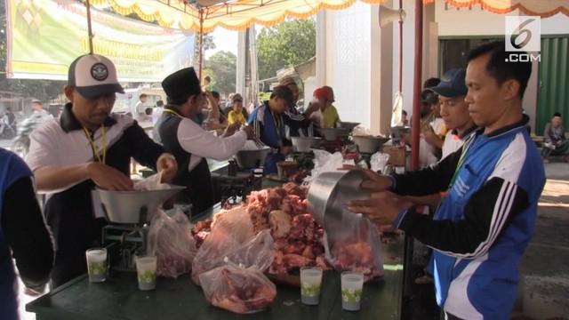 Daging kurban yang akan dinikmati warga Lombok Timur harus dibuang sebagian. Petugas kesehatan menemukan beberapa sapi ternyata mengandung caci pita di organ tubuh dalam.