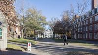 Seorang polisi berjalan di Universitas Harvard menyusul ancaman bom di gedung yang berlokasi di Cambridge, AS, Senin (16/11). Petugas mensterilkan empat gedung di universitas terkemuka di negara adidaya tersebut. (Scott Eisen/Getty Images/AFP)
