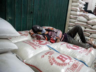 Aktivitas di sentra pasar beras Cipinang, Jakarta, Selasa (19/5/2020). Perum bulog menjamin stok beras nasional pada Juni 2020 mencapai 1,8 juta ton dengan hasil penyerapan panen di sejumlah sentra produksi beras diperkirakan mencapai 650 ribu ton pada Juni 2020. (Liputan6.com/Faizal Fanani)