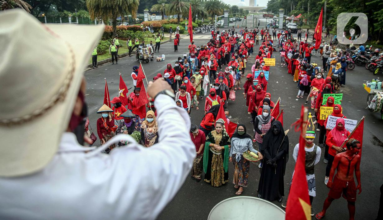 Massa yang tergabung dalam Serikat Rakyat Miskin Indonesia (SRMI) berunjuk rasa di kawasan Patung Kuda, Jakarta, Selasa (27/10/2020). Dalam aksi tersebut massa menuntut pencabutan Omnibus Law Undang-Undang Cipta Kerja yang dianggap merugikan masyarakat miskin. (Liputan6.com/Faizal Fanani)