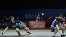 Pasangan Indonesia, Kevin Sanjaya/Marcus Gideon, saat melawan wakil Jepang, Takuto Inoue/Yuki Kaneko, pada Indonesia Open 2019 di Istora, Jakarta, Selasa (16/7). Pasangan Indonesia menang 20-22, 21-16, 21-14. (Bola.com/M Iqbal Ichsan)