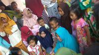 Mahasiwa UTM saat sosialisasi cara mengolah daun jambu air menjadi teh di Desa Taddan, Camplong, Sampang.