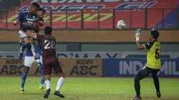 Pemain Persib Bandung, Wander Luiz (kiri atas) berusaha mencetak gol ke gawang PSM Makassar dalam laga pekan ke-6 BRI Liga 1 2021/2022 di Stadion Wibawa Mukti, Cikarang, Sabtu (02/10/2021) WIB. Kedua tim bermain imbang 1-1. (Bola.com/Bagaskara Lazuardi)