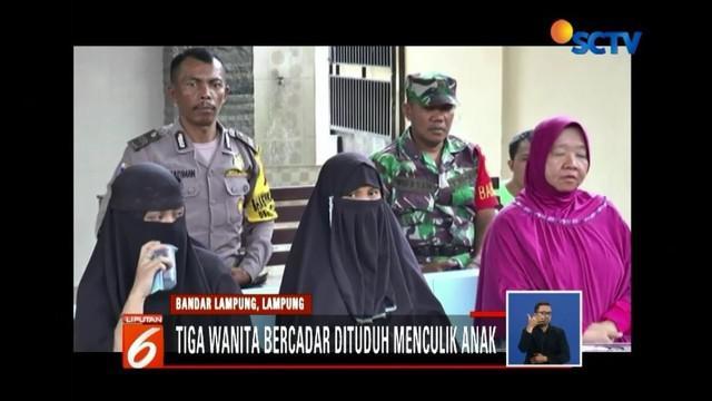 Tiga wanita bercadar di Bandar Lampung dituduh orang tua murid sebagai penculik anak. Padahal, mereka adalah bibi dari dua bocah di sekolah tersebut.