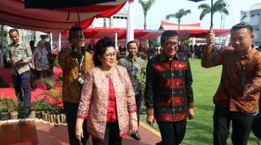 Menkes Nila F. Moeloek bersama Menkumham Yasonna H. Laoly tiba menghadiri peringatan Hari Aids Sedunia di Lapas Narkotika Kelas IIA Cipinang, Jatinegara, Jakarta Timur, Senin (17/12). (Liputan6.com/Johan Tallo)