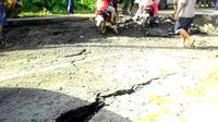 Tanah longsor mengakibatkan badan Jalan Utama Lintas Barat Sumatra Amblas