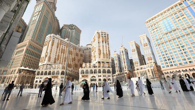 Jemaah tiba di Masjidil Haram pada awal musim haji di Mekkah, Arab Saudi, Sabtu (17/7/2021). Jemaah haji melakukan tawaf dengan tetap menjaga jarak demi mengantisipasi penyebaran COVID-19. (FAYEZ NURELDINE/AFP)