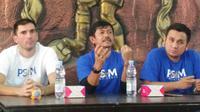 Indra Sjafri (tengah) diperkenalkan menjadi konsultan PSIM Yogyakarta untuk pembinaan usia muda di Wisma Soeratin, Kota Yogyakarta, Minggu (16/6/2019). (Bola.com/Vincentius Atmaja)
