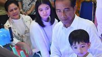 Bersama Ibu Negara Iriana dan menantunya, Selvi Ananda, Presiden Jokowi menemani cucunya, Jan Ethes, bermain (Dok.Instagram/@jokowi/https://www.instagram.com/p/B2GYJSZB1GM/Komarudin)