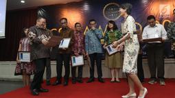 Ketum PROPAMI (kiri) memberi penghargan kepada Head of Protokol and Public Affairs Irnawati W Kahardja yang mewakili PT Surya Citra Media Tbk di CSA Award 2019, Jakarta, Kamis (18/7/2019). Hal ini sekaligus memperingati 42 tahun diaktifkannya kembali pasar modal Indonesia. (Liputan6.com/AnggaYuniar)