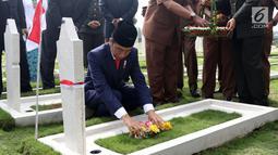 Presiden Joko Widodo bersama para veteran menabur bunga di TMP Cikutra, Bandung, Sabtu (10/11). Upacara ini untuk mengenang jasa para pahlawan yang telah berjasa untuk Indonesia. (Liputan6.com/Angga Yuniar)