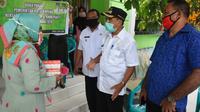 Foto : Wali Kota Kupang, Jefri Riwu Kore, saat memberi bantuan ke panti asuhan (Liputan6.com/Ola Keda)