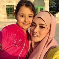 Mulan Jameela foto bersama dengan gadis cilik asal Palestina (Instagram/@mulanjameela1)